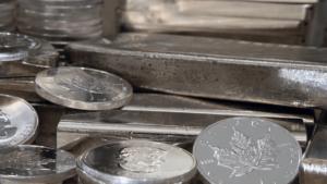 Silberbarren und -münzen